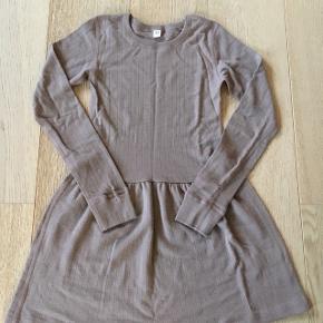 Dejlig uld kjole fra det danske mærke, Dilling, str. 134.Rigtig god kvalitet, som vi bruger rigtig meget og klart kan anbefale. Vi har blot fået denne tilovers.