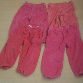 Pige veleur bukser str 86  de 4 par på annoncen sælges samlet pris for de 4 par er 60 kr plus porto porto er 37 kr med DAO uden omdeling