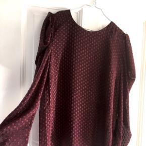 Så fin bluse/skjorte fra Moves by Minimum i bordeaux rød i str. 38. Har huller ved skuldrene, så de blot kan anes lidt. 😊 Aldrig brugt.