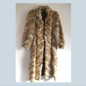 ❄️Secondhand Pelsfrakke❄️  Denne ægte, skønne, varme pels sælges videre i håb om at den kan blive båret med den elegance den virkelig fortjener.   ❄️Den har ingen  tegn på slid ❄️Foret med et fint brunt satinstof.  ❄️Hvilket dyr Pelsen oprindeligt er fra er ukendt,  ❄️Fra søm til søm måler længden 117cm. ❄️Fitter bedst en L/XL men ses på en S. ❄️aldrig brugt, men har hængt i et skab i mange år.  ❄️flotte ballonærmer ❄️skriv for flere billeder   Sender ikke, men jakken kan afhentes enten i Vanløse eller Hvidovre.
