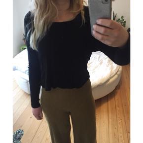 Sort weekday bluse i boxy fit - løs, men med stramme ærmer. Lettere cropped i længden.  Sender gerne med DAO :)