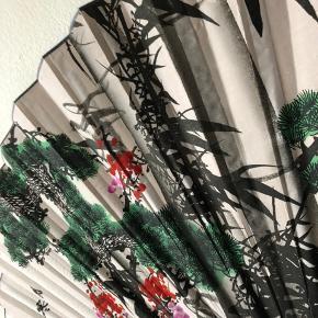 Stor, håndmalet vifte af bambus og tekstil.   Måler ca. 165x90 cm, når den er slået ud.   #bambus #retro #vintage #vifte #japansk