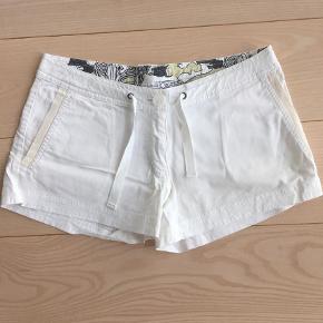 Varetype: Hvide og Seje Hot pants Farve: Hvid Oprindelig købspris: 600 kr.   Brugt 1. Gang.