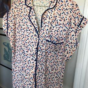 Fin vintage skjorte/top med blomsterprint. Knapper hele vejen ned og en brystlomme.