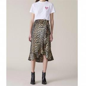 Flot Ganni-silkenederdel i leopard. Kun brugt 3 gange. Jeg har klippet størrelsesmærket ud, men mener det er en str. 36. Jeg er selv en 36-38 og passer den perfekt :)  Kom med et bud :)
