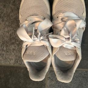 Super fine og komfortable sneakers fra Arkk - brugt max 4 gange. Fremstår nye bortset fra en lille plet på indersiden af venstre sko (måske kan den endda vaskes af) som jo ikke kan ses.