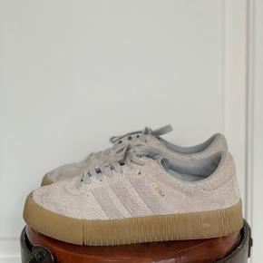 Sælger disse super fine adidas samba! Det eneste slidtegn der er markant er nede i skoen, hvor adidas mærket er lidt slidt væk. Brugt ca. 4 gange