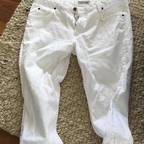 Varetype: Jeans Størrelse: 34 Farve: Hvid Prisen angivet er inklusiv forsendelse.  Str W 34 L 33    Model Marion    Indv. skridtlængde 75 cm.