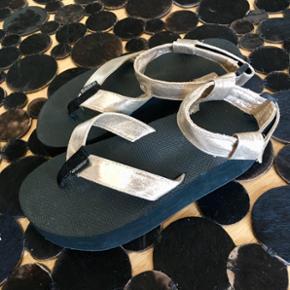 Lækker sandal købt i en sko butik i Frankrig str. 38/39, brugt 2 gange. Mp. 150 kr. - kom gerne med et bud 🌸 Kig endelig mine andre annoncer