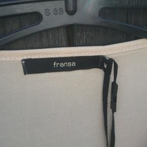 """Fransa tunika ubrugt str. M i beige. Med """"perler"""" på skuldrene.  🌞 Ved køb af flere ting. Skriv til mig inden du vælger køb nu. Så samler jeg det sammen i en pakke og en porto 🌞"""