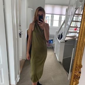 Mega fin kjole, som jeg skulle have brugt til Galla, men fandt en anden. Den kan bindes på forskellige måder i halsen 😍