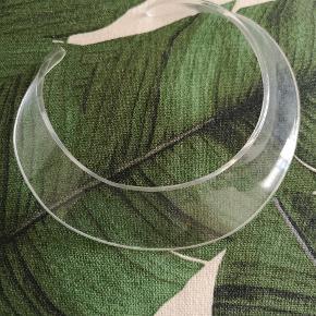"""Unik minimalistisk futuristisk transperant/gennemsigtig halssmykke (halskæde) sælges, da jeg desværre ikke får den brugt.  Jeg har selv købt den herinde fra og derfor står den som """"aldrig brugt"""".  Den kan også hentes på min adresse 👈"""