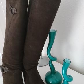 Ét par lækre ruskind støvler i str 40/41 svare til 39/40.kan justeres i læggen. Nypris 1200 Byd gerne