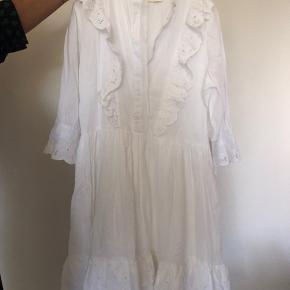 Så fin og ubrugt kjole med fine detaljer foran. Ny pris er 1499,-