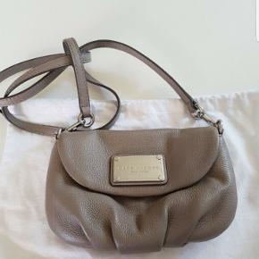 crossbody fra Marc Jacobs med sølv hardware,  taske har været brugt 1 gang så den er næsten som ny.  Der medfølger dustbag ingen kvittering.