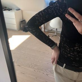 Blondetrøje fra Envii. Passes af en xs/s. Gennemsigtheden kan ses på billede tre. Synes den er rigtig fin at style med en sweater over så den fine kraver kan ses. Byd gerne☺️👋  #30dayssellout