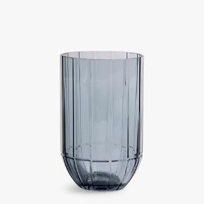 """""""COLOUR VASE M - BLUE"""" fra HAY.  Er fra serien """"Colour Vase"""", designet af Scholten & Baijings for HAY.  Måler 9,5 x 15 cm.  Nypris 300 kr.  Sælges for 200 kr. Fejler absolut intet. Tilhørende æske haves desværre ikke længere.   Kan afhentes i Aarhus V eller Esbjerg efter aftale."""
