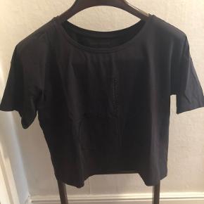 T-shirten er oversize og kort