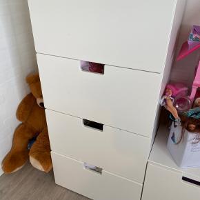 STUVA møbler fra ikea sælges. 2 højskabe med udtræksskuffe og hylder, og 2 skuffer under hvert skab. Mål: 60x50x192cm Høj kommode med 4 skuffer. Mål: 60x50x128 cm.