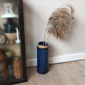 Smuk og gennemført Søholm gulvvase i mørkeblå glasur af Maria Phillipi. Perfekt stand! Måler ca. 30 cm i højden, og 11 cm i diameter. Virkelig smuk og spektakulær vase 💐   Bemærk - afhentes ved Harald Jensens plads eller sendes med dao. Bytter ikke 🌸  💫 Gulvvase retro gulv vase keramik stentøj stor vase blå glasur Søholm vintage loppefund