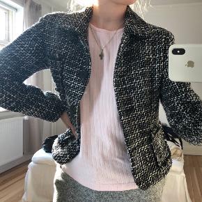 Vintage uld jakke/blazer i klassike look med flotte deltaljer passes af størrelse 34-36-38 alt efter hvordan man ønsker pasform