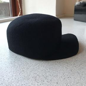 Soulland kasket-hat. Bøjet i skyggen, kan muligvis rettes, ellers stadig fin.