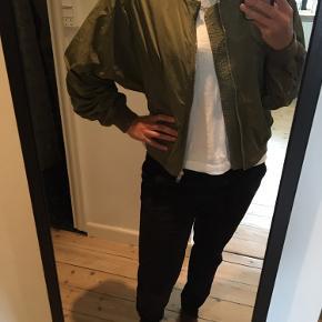 Mega fed efterårs/forårs tynd oversize jakke fra Weekday. Har aldrig fået den brugt!  Sælges billigt - 50kr