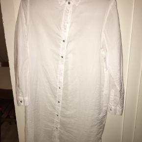 Onesize.  Svarer til en S/M.  Rigtig fin skjorte kjole som også godt kan bruges ud over bukser fx.   Ca 101 cm måler skjorten fra skulder og ned til kanten.
