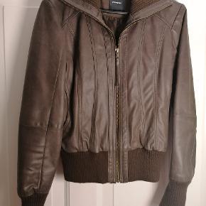 Læder jakke.