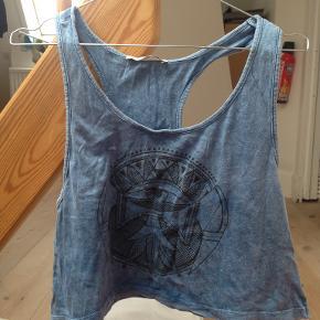 Fed tanktop fra urban outfitters i en udvasket blå farve. Meget lidt brugt (1-2 gange)