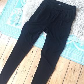 Smukke CLASSY SAZZY bukser med diskret glimmer 🖤MALENE BIRGER🖤  De sidder løst medmlidt harem stil omkring rumpen og øverste af lår...Men ska nok prøves på 💎  Prisen er klippefast Aldrig brugt NYPRIS 799,-