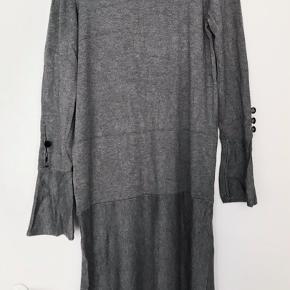 Kjolen er i perfekt stand, helt uden fejl eller skader. Den er ca. 160 cm lang.