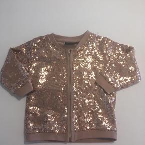 Varetype: Cardigan Farve: Rosa Oprindelig købspris: 349 kr.  Super fin paillet bluse med lynlås ... kun brugt en enkelt gang - fremstår derfor som ny. Ved ts handel betaler køber gebyret.
