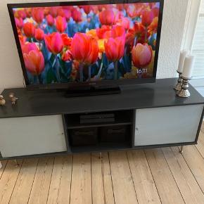 Mistral tv bord, med stof låger så tv boks mm kan betjenes igennem