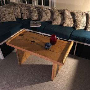 Sofabord i massiv Tamarind træ.  Står stortset som nyt.  H: 53 cm  L: 100 cm  B: 50 cm   Nypris er 3.000,-   Sælges til 450,-  Afhentning skal ske i Frederiksværk.   Denne pris er fast.