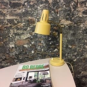 RETRO arbejds/bordlampe, bare så fin ! Og god til den lille arbejdsplads  Pris 450.kr  Fast pris - TAK  (RESERVERET)