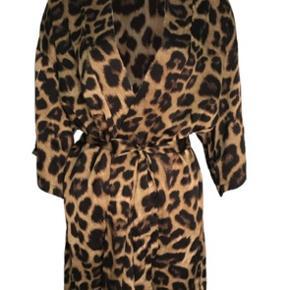 Sælger denne virkelig smukke kimono fra neo noir. Da den desværre ikke var mig alligevel