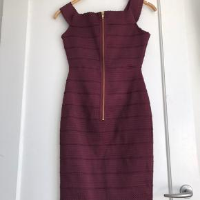Bordeaux stram kjole i str. 36. Brugt én gang. Flot pasform