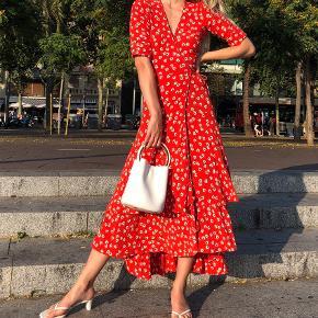 Super fin kjole fra Ganni, i str XS. Fejler intet. Bytter ikke. Kan afhentes på Østerbro.