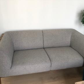 Flot klassisk look sofa fra Ilva (model: stecca). Yderst velholdt, med god siddekomfort.  Sofaen er fra november 2017 og fra et røg og dyrefrit hjem. Nypris 8999kr 180X80 cm