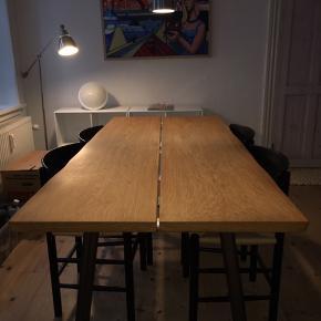 Spisebord, massiv egetræ, Skagen Woodwork, B: 86 L:184, rigtig lækkert og velholdt spisebord med naturolie.   6-mands bord - men der kan godt sættes 2 stole mere, hvis der bliver flere gæster.   http://www.skagenwoodwork.dk   https://www.instagram.com/p/_rdrMFsSc5/?igshid=kkf6zo1m8eop