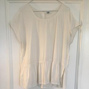 Elegant t-shirt fra Saint tropez i str. XL. Brugt en enkelt gang, dog er der en lille misfarve under armen, men fortsat super pæn stand. Nypris 500kr.