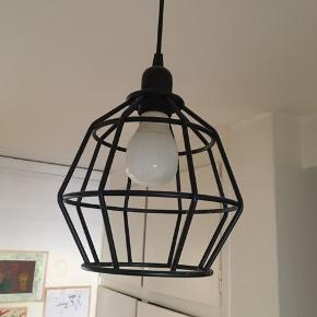 """Sort """"tråd"""" lampe. Kan ikke huske, hvor jeg har købt den og der er ikke noget mærke på, derfor den billige pris. Den er ca 18 cm på bredeste sted. Kom med et bud"""