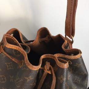 Louis Vuitton, model Noé H. 35, B. 26, D. 19 cm Produktionskode AR0932 Produceret i Frankrig i 1992  En del brugsspor - snøreremmen er knækket, men der er bundet en ekstra knude, så tasken kan lukkes. Der bør kunne købes en ny snørerem ved personlig henvendelse i LV butikken.  Prisen er fast -  eventuelle bud ignoreres.