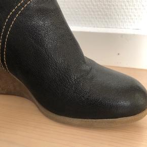 Fede behagelige støvler. Brugt 2-3 gange og det ses ikke. De er til den store side og svarer til 37,5.