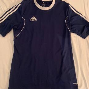 Rigtig fin sports trøje fra Adidas, har været brugt, men bære ikke mange tegn på det. Skriv endelig for mere info eller flere billeder. Køber betaler fragt:)