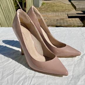 Super fine stilletter fra Moss Copenhagen. Desværre kan jeg ikke selv finde ud af at gå i så høje sko længere.  Det er klistret sådan et stykke læder fast i hælen, som gør at man ikke svupper i skoen :-) Jeg har på et tidspunkt lakeret spidsen af skoen med lidt neglelak, fordi der kom små skrammer i lakken der.  Neglelakken kan købes billigt med, hvis ønsket. Den koster 125 kr. i butikkerne, min er ca. halv fyldt eller lidt mere :-)