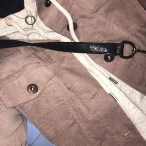 Sælger denne jakke hvis rette bud kommer. Nypris var 900kr, og den er brugt max 5 gange 🌸