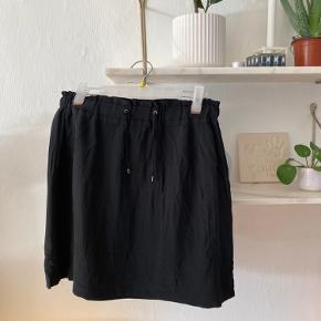 Sort nederdel fra Custommade i 100% silke :-)
