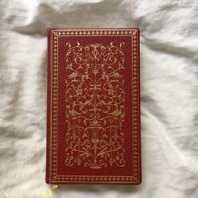 Sjælden klassikerudgave af Fjodor Dostojevskij: Rodion Raskolnikov. Forbrydelse og straf 1. Den smukkeste bog, der pynter på bogreolen. Indeni er bogen i super stand og den har mange smukke detaljer. Desværre er bogen gået op ved ryggen både foran og bagpå som det kan ses på det sidste billede, men den hænger stadig sammen, og hvis man er lidt forsigtig kan man stadig sagtens læse bogen.